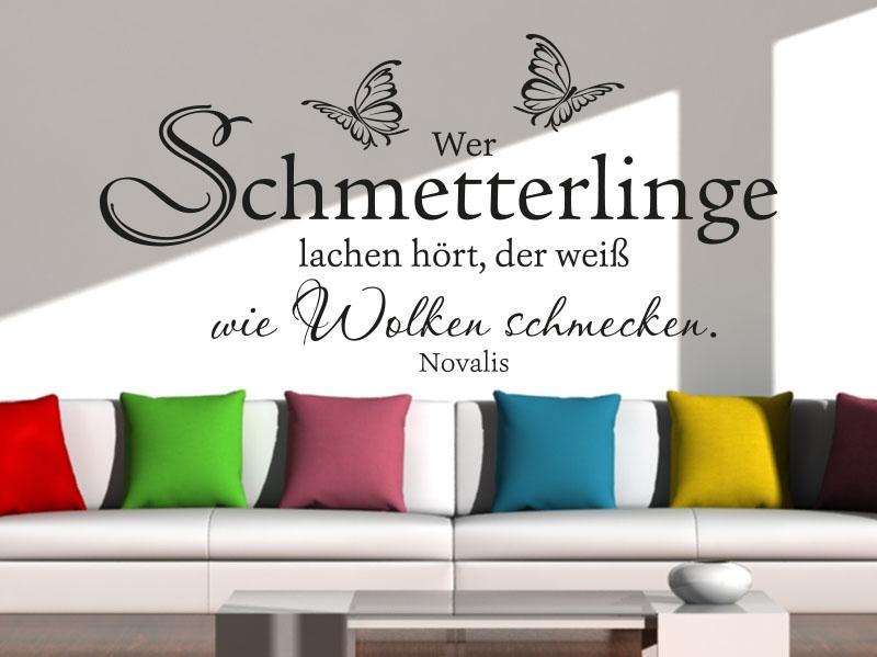 Wandtattoo Wer Schmetterlinge lachen hört... auf heller Wand im Wohnzimmer