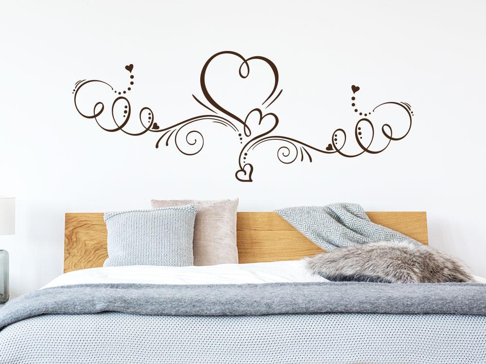 Wandtattoo Ornament mit Herz auf heller Wand im Schlafzimmer