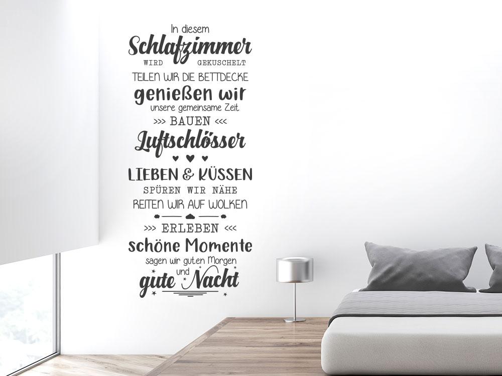 Wandtattoo Spruch In diesem Schlafzimmer auf heller Wand neben Ehebett