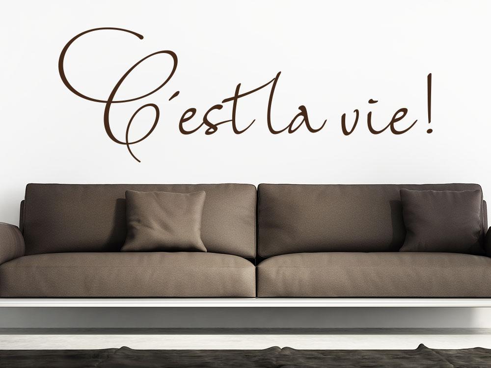 Wandtattoo C'est la vie auf heller Wand über Sofa