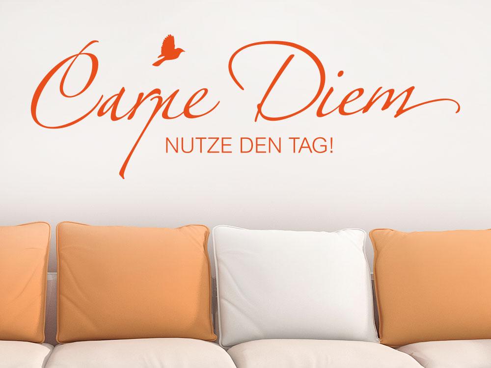Wandtattoo Carpe Diem mit Vogel auf heller Wandfläche über Sofa
