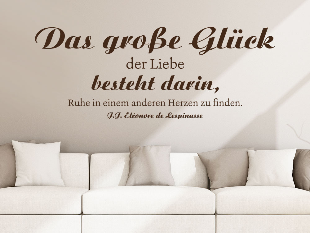 Wandtattoo Das große Glück der Liebe besteht darin Zitat im Wohnzimmer