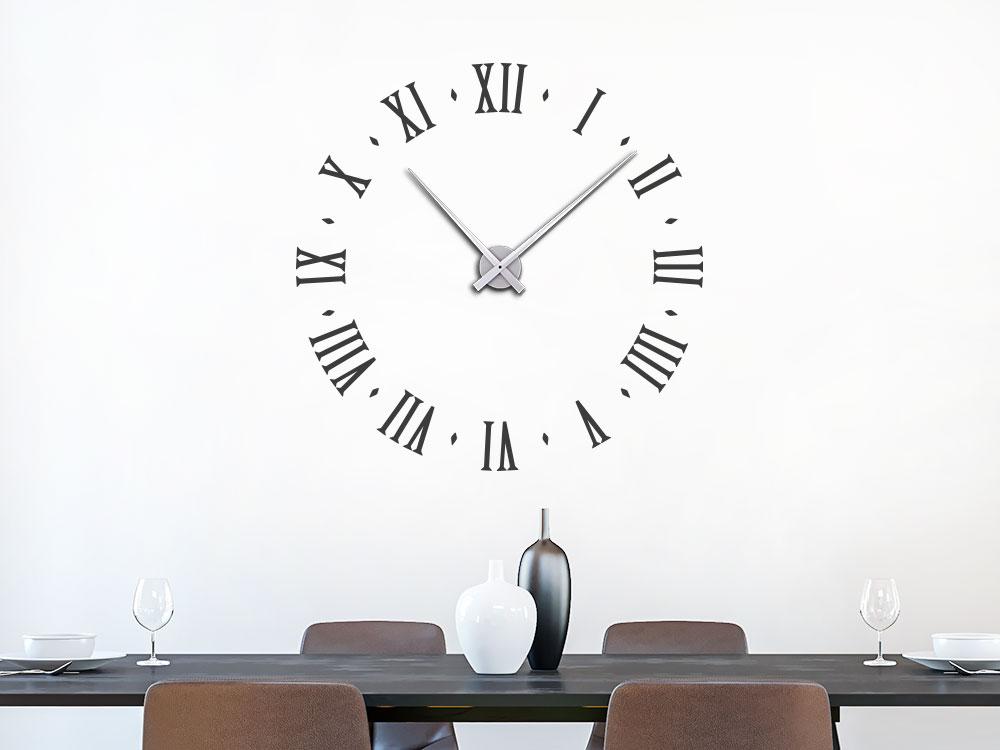 Wanduhr Wandtattoo Uhr Ziffern altrömisch im Esszimmer auf heller Wand
