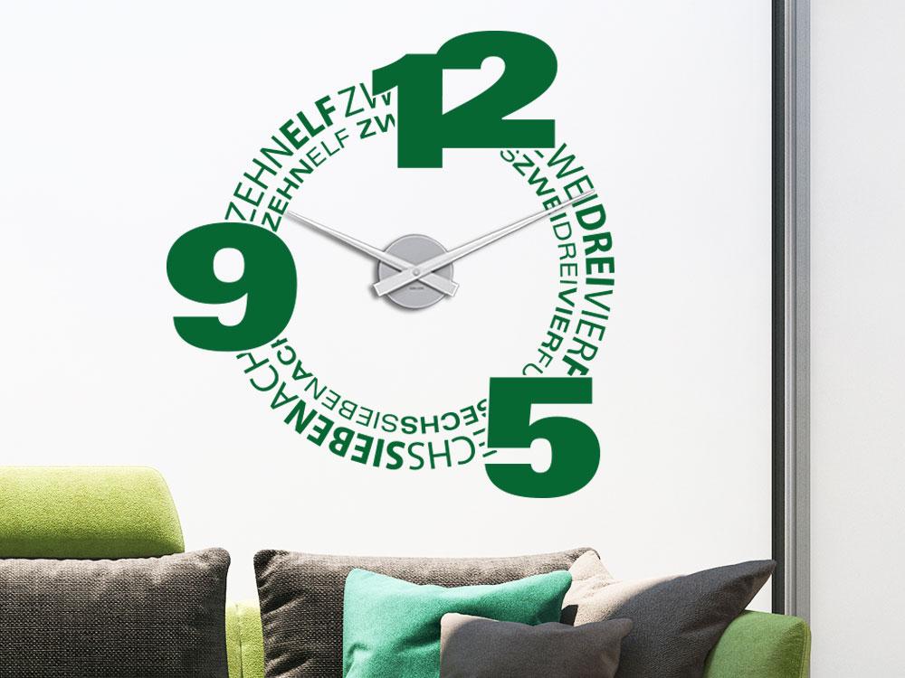 Wandtattoo Uhr Schriften und Zahlen auf heller Wohnzimmerwand
