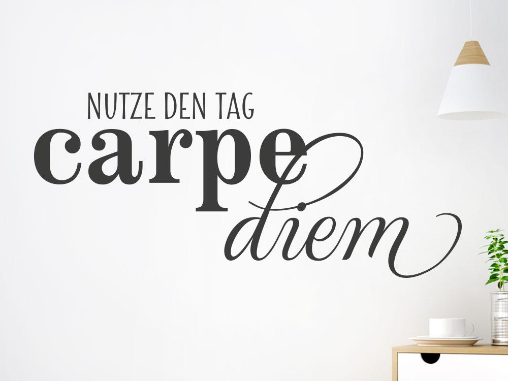 Wandtattoo Spruch Nutze den Tag - Carpe diem auf heller Wand