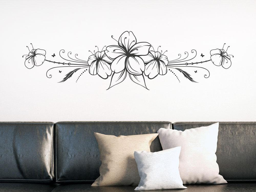 Wandtattoo Hibiskusblüte Ornament auf heller Wand über Couch