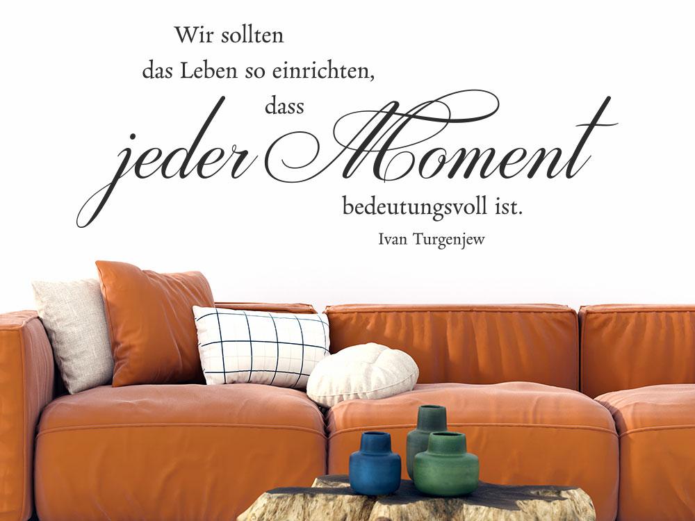 Wandtattoo Zitat Wir sollten das Leben so einrichten...auf heller Wand im Wohnzimmer