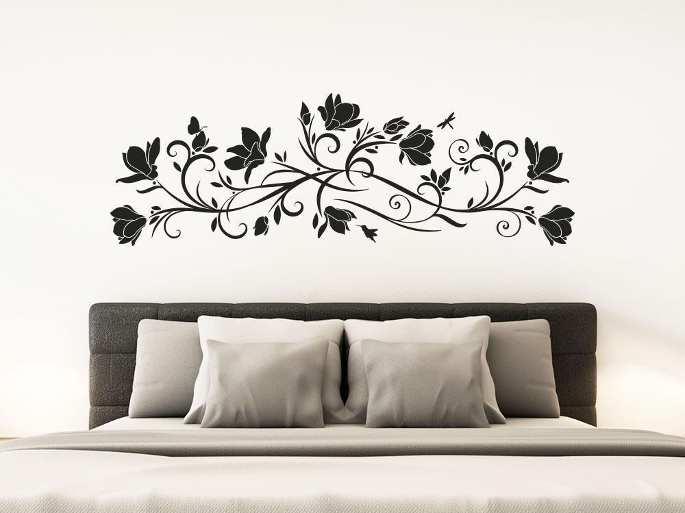 Wandtattoo Magnolienornament über Bett im Schlafzimmer