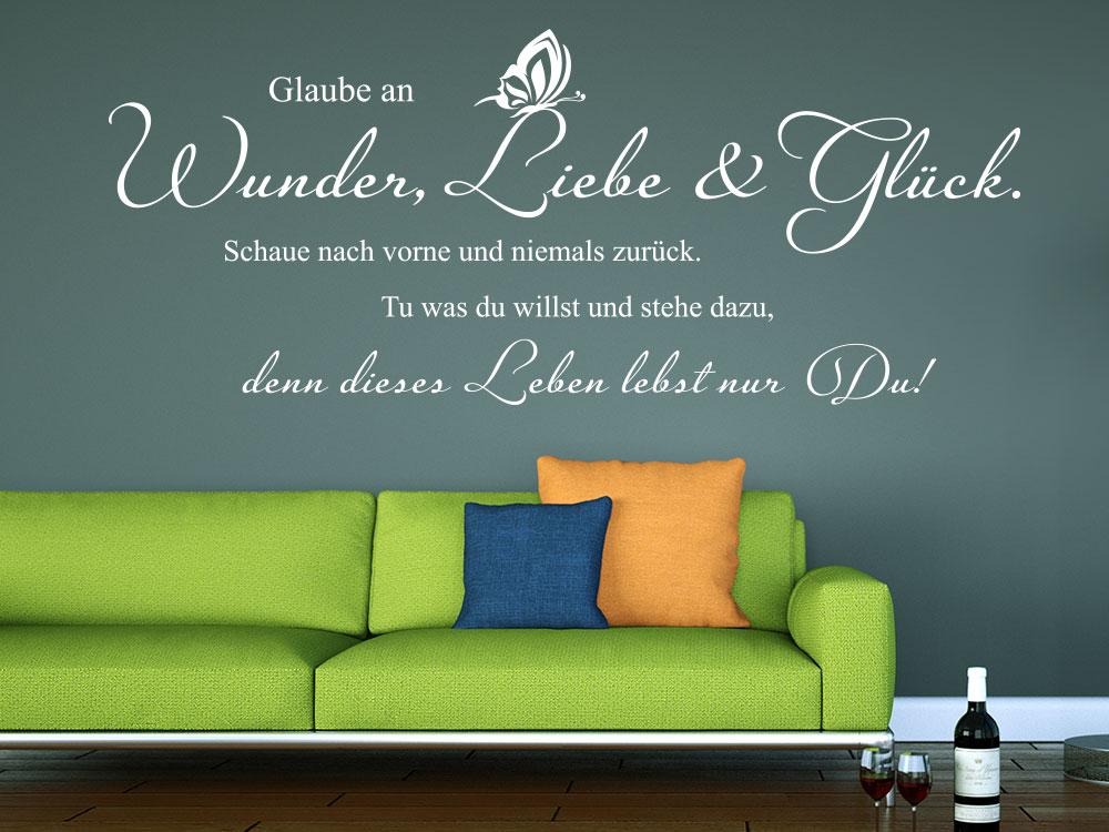 Wandtattoo Glaube an Wunder Liebe und Glück über Sofa im Wohnzimmer