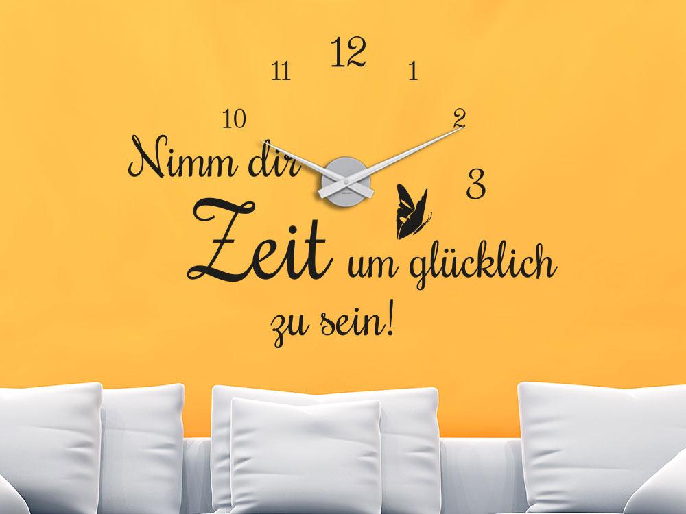 """Wandtattoo Uhr mit Spruch """"Nimm dir Zeit um glücklich zu sein"""" im Wohnzimmer über Sofa"""