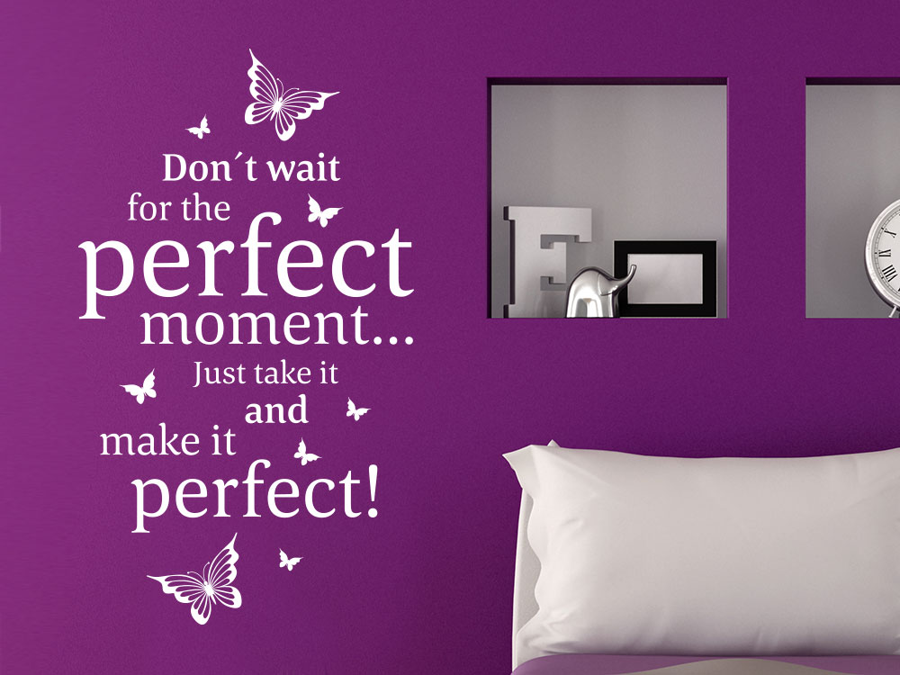 Perfect moment Wandtattoo Spruch Don't wait for the… im Schlafzimmer auf dunkler Wand