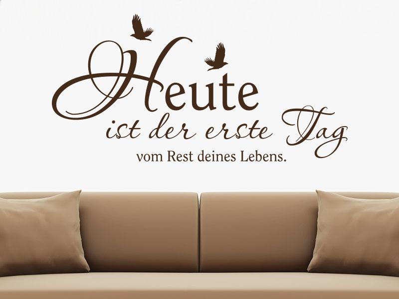 Heute ist der erste Tag... Motivierender Wandtattoo Spruch über Sofa