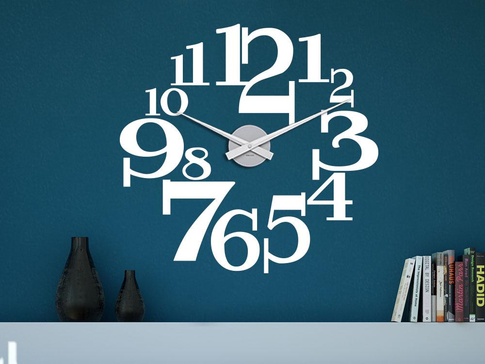 Wandtattoo Uhr aus große Zahlen auf dunkler Wand im Wohnbereich