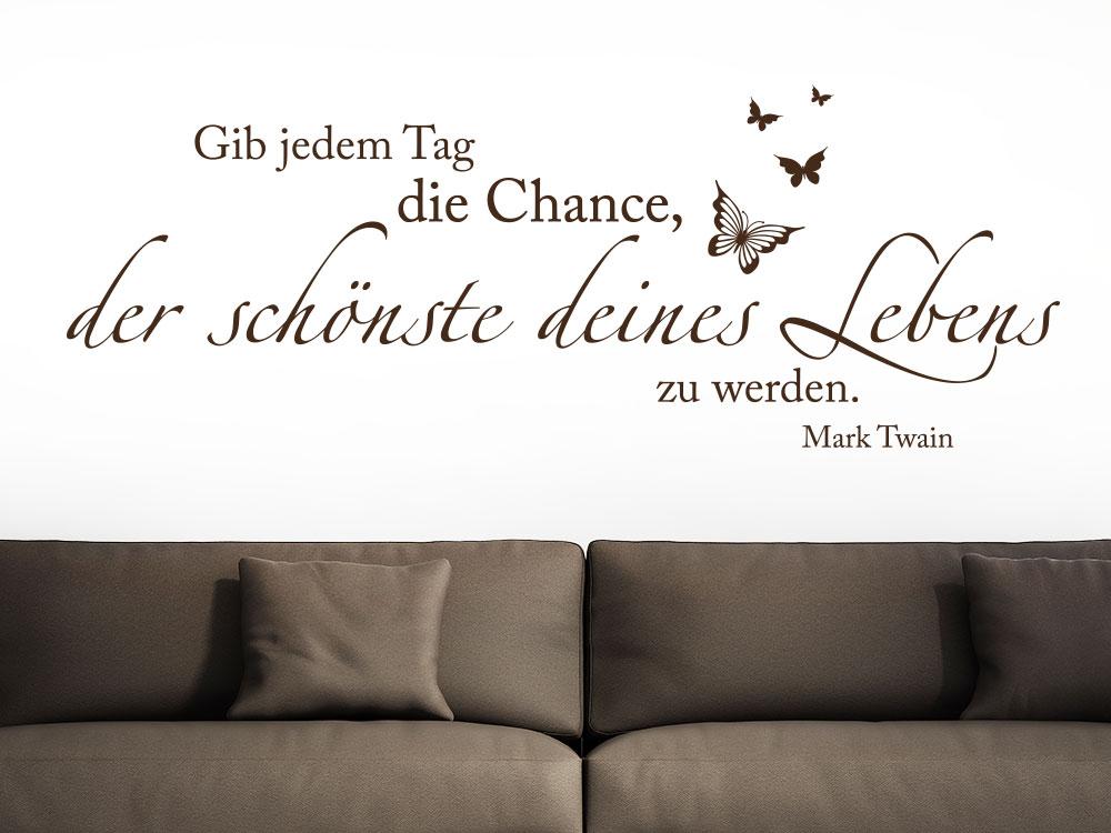 Wandtattoo Gib jedem Tag die Chance mit Schmetterling auf heller Wandfläche im Wohnzimmer