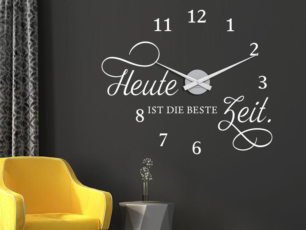 Wandtattoo Uhr Beste Zeit auf dunkler Wand im Wohnzimmer
