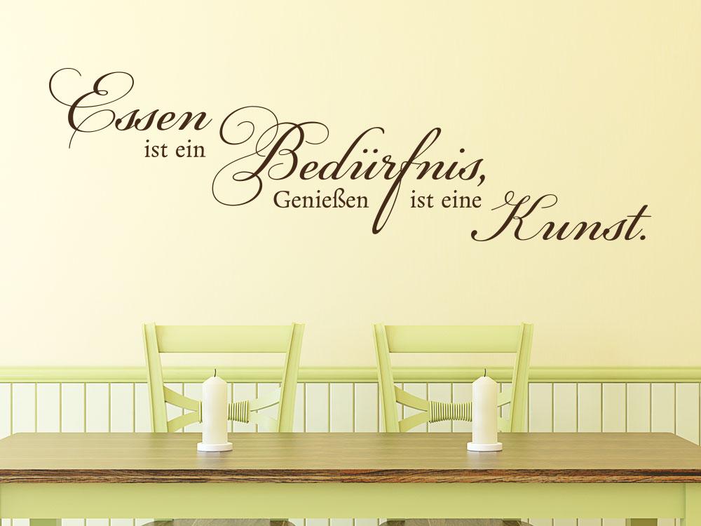 Wandtattoo Essen ist ein Bedürfnis, Genießen ist eine Kunst. über Holztisch